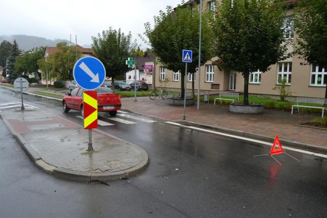 Ženu srazilo vozidlo na přechodu pro chodce