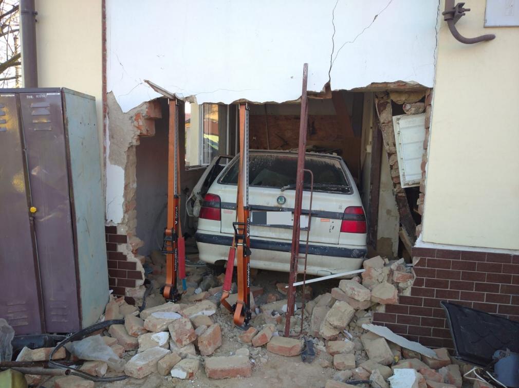 Řidič prorazil zeď a zastavil až uvnitř hasičské zbrojnice