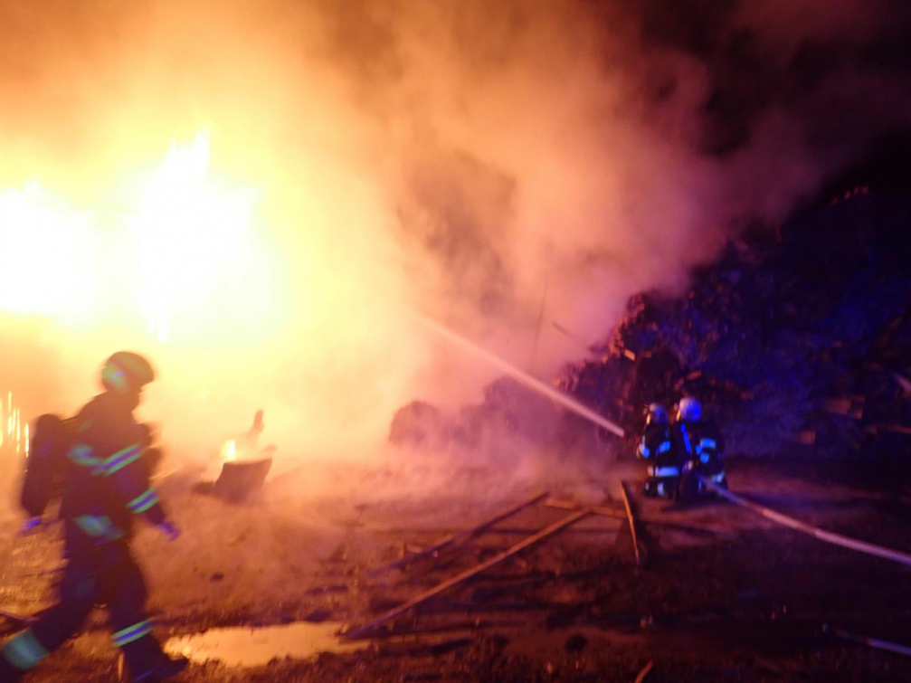 K požáru haly ve Vsetíně vyjely čtyři jednotky hasičů