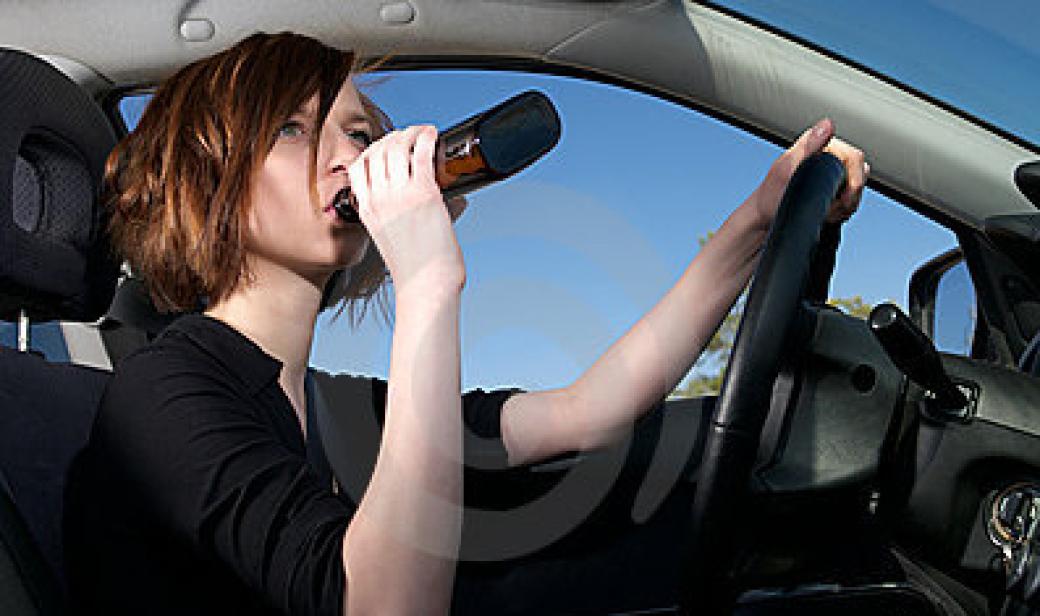 Jela opilá, chtěla podplatit strážníky. Hrozí jí šest let vězení