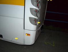 Žena na elektrokole narazila do zaparkovaného autobusu