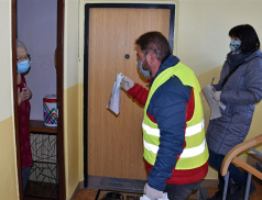Meziříčská radnice zahájila roznos roušek a dezinfekce seniorům nad 75 let