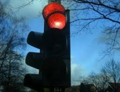 Problémový výjezd zareálu Tesly zřejmě vyřeší světelná signalizace