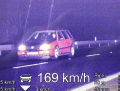 Policisté naměřili řidiči mimo obec 169km/h v obci 90km/h