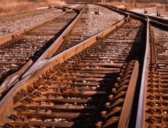 Nákladní vlak srazil muže na železničním přejezdu. Muž svým zraněním podlehl