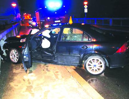 Betonové zábradlí zachránilo řidiče před pádem do Bečvy
