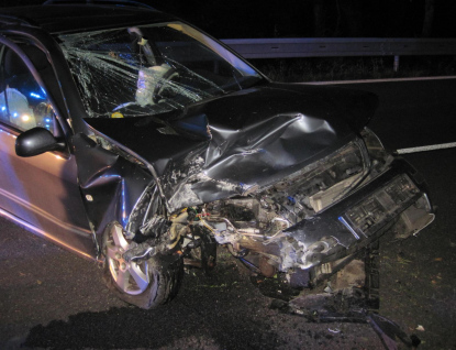 Řidič narazil do betonové zdi a zůstal zaklíněný v autě