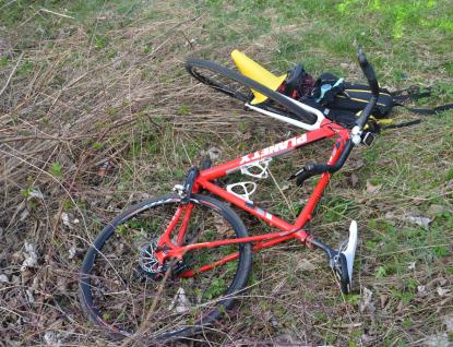 Cyklistu převážel se zraněním vrtulník. Policie hledá svědky střetu