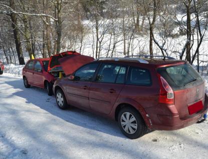 Při čelním střetu dvou osobních aut utrpěla jedna řidička lehké zranění