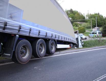 Kamion se po opravě samovolně rozjel, zranil řidiče a sjel do potoka