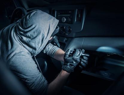 Zloděj se vloupal do dvou dodávek. Z jedné ukradl rádio