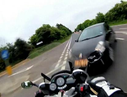 Motorkář skončil pod automobilem