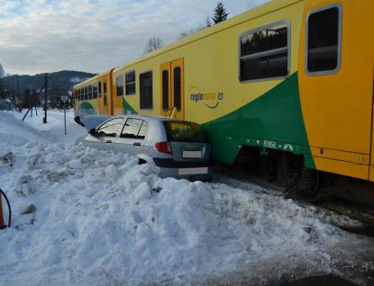 Řidička přehlédla vlak a vjela na přejezd
