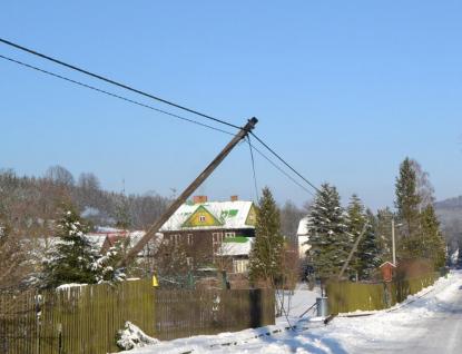 Náklaďákem pokácel tři sloupy elektrického vedení