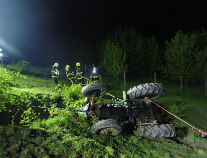 Muž zůstal pod traktorem zaklíněn. Vyproštění zraněného a následně traktoru trvalo několik hodin
