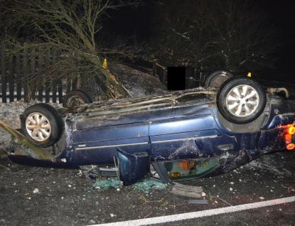 Řidič zdemoloval trnku i plot. Měl řádně upito