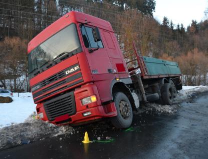 Za střetem osobního auta s náklaďákem stojí mikrospánek