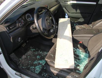 K vloupání do auta použil zloděj betonový obrubník