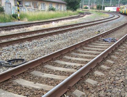 Cyklistu na nechráněném přejezdu srazil vlak