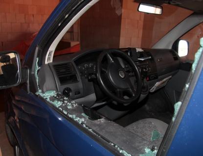 Zloděj auto nejen vykradl, ale i poškodil