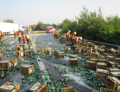 Plzeňské pivo se rozlilo po silnici a zastavilo dopravu