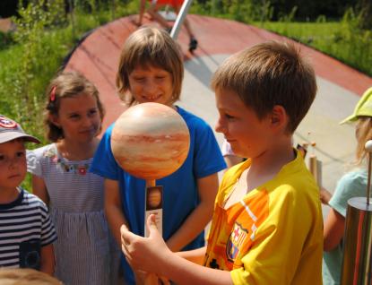 Děti si ve hvězdárně hrály na planety a fotony