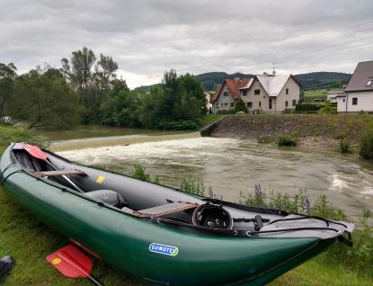 Tragédie na Vsetínské Bečvě. Kanoe se s vodáky pod jezem převrátila