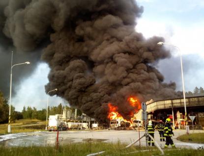 Obří požár ve skladu pohonných hmot. Škody dosahují 70 milionů korun