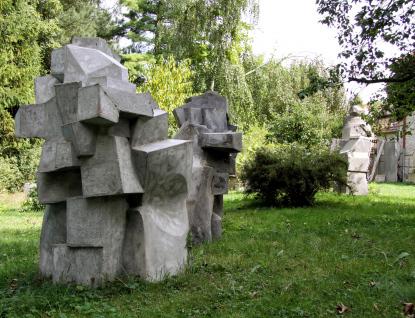 Vojtěch Míča vystavuje v městském parku betonové objekty