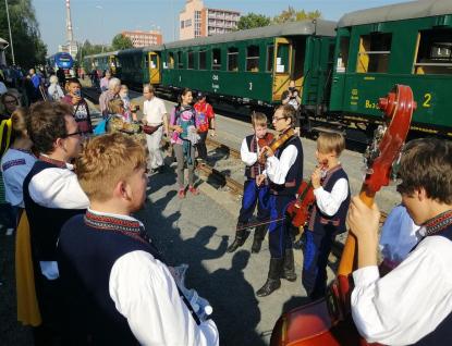 """Úspěšné Rožnovské parní léto uzavřel zaplněný """"zpívající vlak"""""""