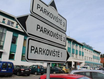 Parkování u rožnovské polikliniky je zpoplatněno