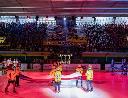 Hokejisté oslavili výročí se Sousedíkem na dresu