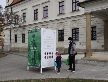Výstava představuje práci nemocničních kaplanů, nyní ji hostí nová vsetínská interna