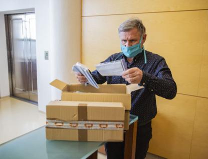 Zlínští vědci vyvinuli nanomateriál, který zachytí koronavir