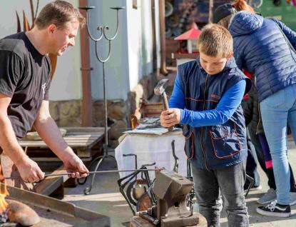 Kladiva do ruky a železo do výhně! Kovozoo otevře novou zážitkovou kovárnu