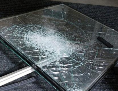 Zlínské strážníky zaměstnávají opilci, jednomu při močení na silnici přejelo auto nohu, další se svlékal na sídlišti