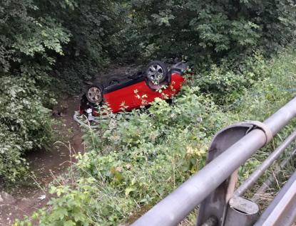 Řidička skončila na střeše v korytě potoka. Utrpěla jen lehké zranění