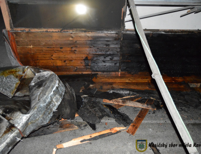 Kuřák zapálil střechu. Zaměstnal pět jednotek hasičů