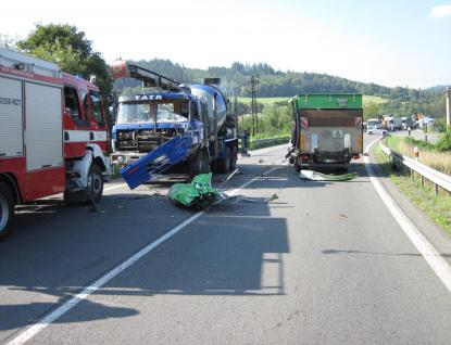 Nehoda nákladních aut zablokovala u Jarcové komunikaci