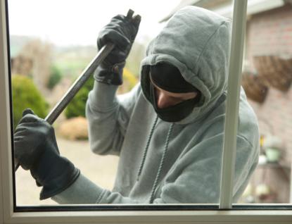 Ve Valašském Meziříčí došlo ke vloupání do dvou bytů a sklepa