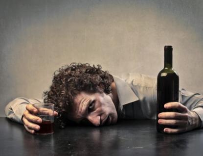 Na stavbě vypil litr tvrdého alkoholu a jel domů. Naštěstí daleko nedojel