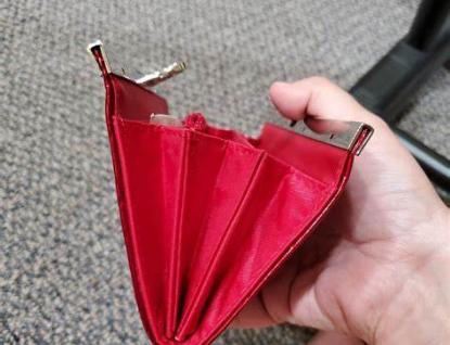 Zloděj ukradl ze stolu dvě peněženky. Bylo v nich přes 30 tisíc