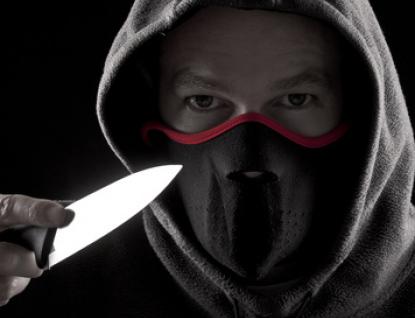 Lupič přepadl poštu v Bystřičce a při útěku ještě ukradl auto
