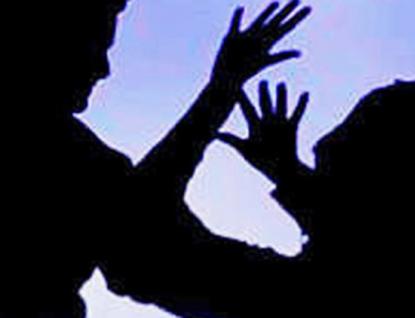 Tři gauneři přepadli na ulici ve Vsetíně ženu. Policie hledá svědka