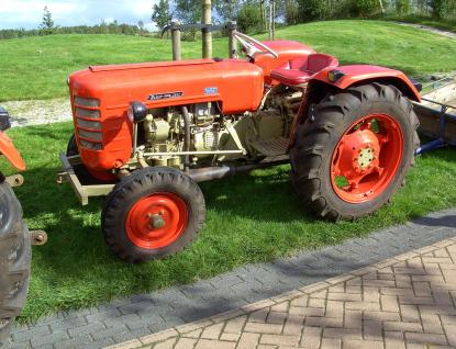 Odstavený traktor se stal terčem zloděje. Vzal řetězy, kleště i naftu