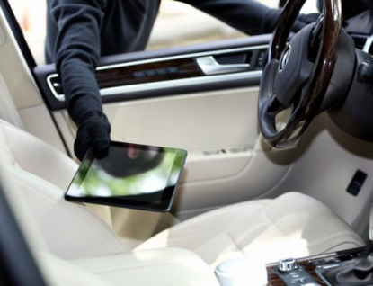 Policie varuje: Nenechávejte své věci v autě