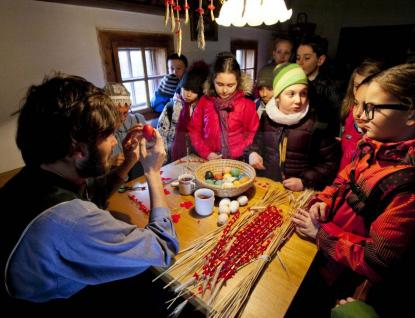 Velikonoce na Valašsku: Jarmark, jízda parním vlakem, cimbálovka nebo pletení pomlázek