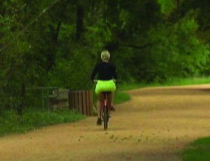 Gauner přepadl cyklistku za bílého dne na cyklostezce!