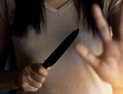 Závěr roku se manželům moc nevyvedl. Žena napadla manžela nožem