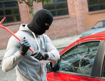 Zloděj rozbil okýnko na autě a ukradl tři motorové pily
